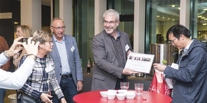 Peter Holtappels receiving the prize for best talk at the 2018 DTU Energi PhD symposium on behalf of PhD student Mathias Christensen